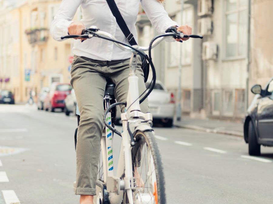 Hvordan ser man at noen sykler på el-sykkel?